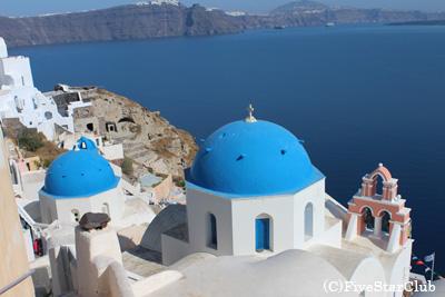 青い海に白い建物が映えるサントリーニ島
