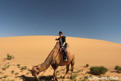 ラクダと私 モルツォク砂丘にて(南ゴビ)