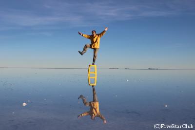 ウユニ塩湖/湖面に逆さのボクが映る(ウユニ塩湖近く)
