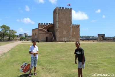 オサマ砦で凧揚げする子供(サントドミンゴ)