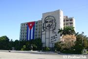 チェ・ゲバラの顔が浮かぶ キューバ内務省