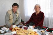 ドゥンガン人の家庭訪問。夕食も賞味します(カラコル)