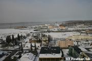 右手に見える白い建物がアラスカ鉄道アンカレッジ駅