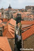 ドブロブニクの旧市街の城壁の上からの光景