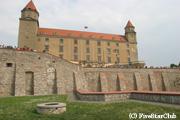 ドナウ川のほとりにそびえ立つブラチスラバ城