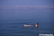 死海で遊ぶ