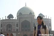世界遺産のフマユーン廟を背景に記念撮影