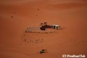 砂漠のど真ん中のキャンプ