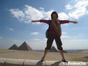 ピラミッドをまたぐ