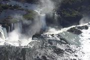 ヘリコプターでイグアス滝 を観光