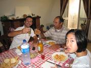 家族の人達と一緒に食事です