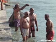 ガンジス河 沐浴に来た地元の人々