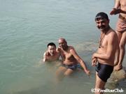 ガンジス河 沐浴に来た地元の人々と
