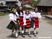 日曜日は民族衣装を着て 教会に向かう村人