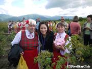 バラ祭り 民族衣装の人々