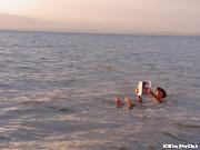 死海で浮いてみる