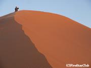 太陽の光で赤く染まる大砂漠
