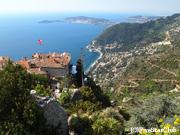 エズ庭園からシャトーエザと 地中海を見下ろす
