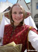 中世の服を身にまとった人たち