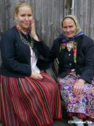 伝統的な模様のスカートをはく キフヌ島の女性