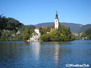 湖畔に浮かび立つ聖母被昇天教会