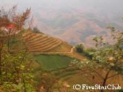 少数民族の村と棚田の風景