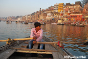 ボートに乗ってガンジス河の沐浴風景を観光