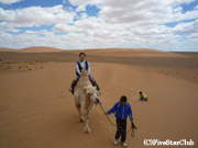 モルツォグ砂丘にてラクダに乗る