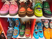 人気の靴屋[AWAY]のカラフルな靴