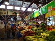 様々な食材が並ぶマーケット