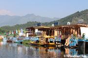 ダル湖に浮かぶ船のホテル・ハウスボート