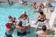 セーチェニ温泉/温泉でチェスをする人々