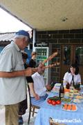 農家でおじいちゃんがシャシリクを取り分ける(カヘティ地方)