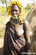 ムルシ族の女性は下唇に陶器の皿をはめこむ