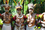 シンブー州の伝統衣装に身を包んだ女性(追加オプショナルツアーにて)