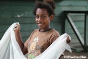 マンゴーの実を収穫する子供たち(ガダルカナル島)