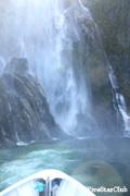 ミルフォードサウンドに激しく降り注ぐ滝の水しぶき
