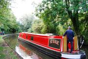 細い運河をのんびり進むナローボート