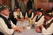 民族衣装を着てビールを楽しむ常連さん/ホフブロイハウス