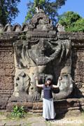 プリアカンのガルーダ像の前で/アンコールワット遺跡