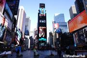 タイムズスクエアは昼でもネオンがまぶしい