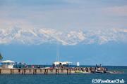 イシク・クル湖と天山山脈