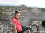 テオティワカン遺跡 月のピラミッド 死者の道と太陽のピラミッドを背に