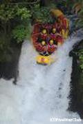 カイツナ川ラフティング7mの滝落下 緊張の一瞬