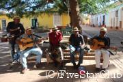広場で演奏するミュージシャン