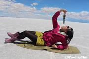 ウユニ塩湖でトリック写真撮影