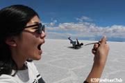 ウユニ塩湖でトリック写真撮影(ウユニ)