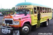 サモアはバスの所有者の趣味でカラフルなローカルバス(ウポル島)