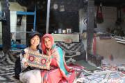 キリム織りの女性と一緒に(グルミット)