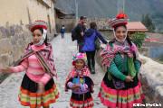 民族衣装を着る子供たち